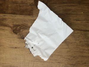 Verfrommeld papier met een beetje inkt op de zijkanten