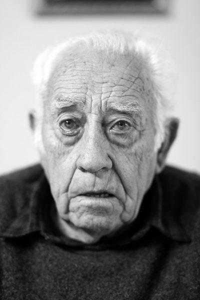 Zwart wit foto van een oudere man